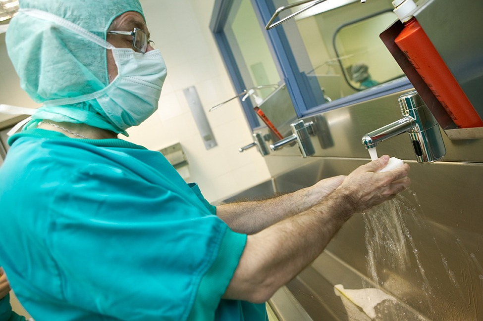 Lavado de manos prequirúrgico con solución hidroalcohólica