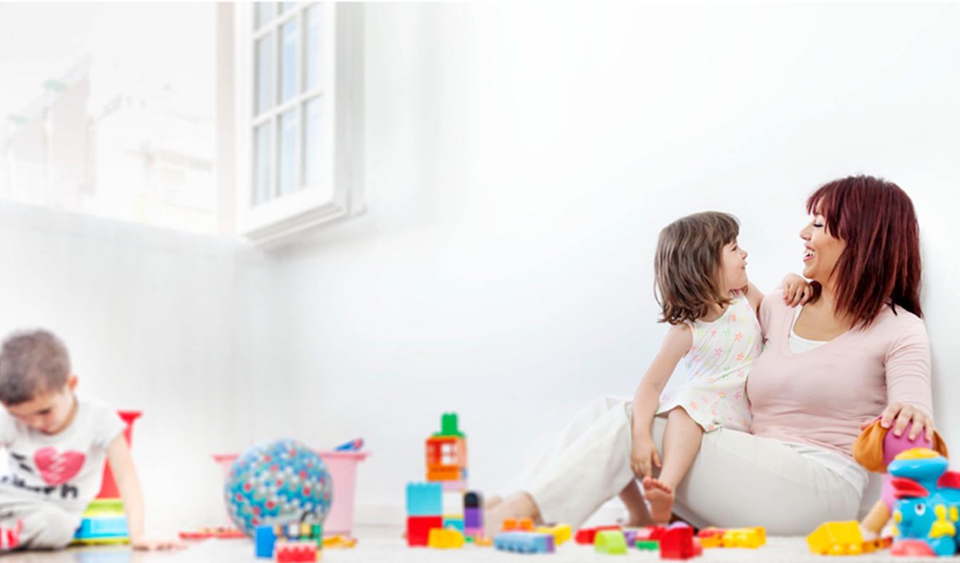 niños jugando con su madre en un espacio libre de humo