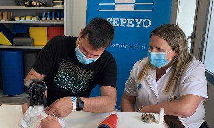 Una novedosa mano biónica ayuda a un padre primerizo  a cuidar de su hija